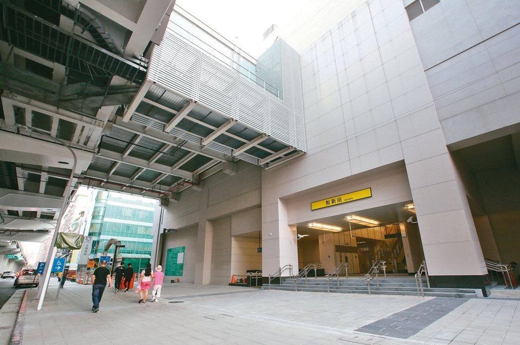 板橋海山商圈交通十分便利,鄰近新板特區,生活機能完善。圖為捷運板新站。 記者林澔...