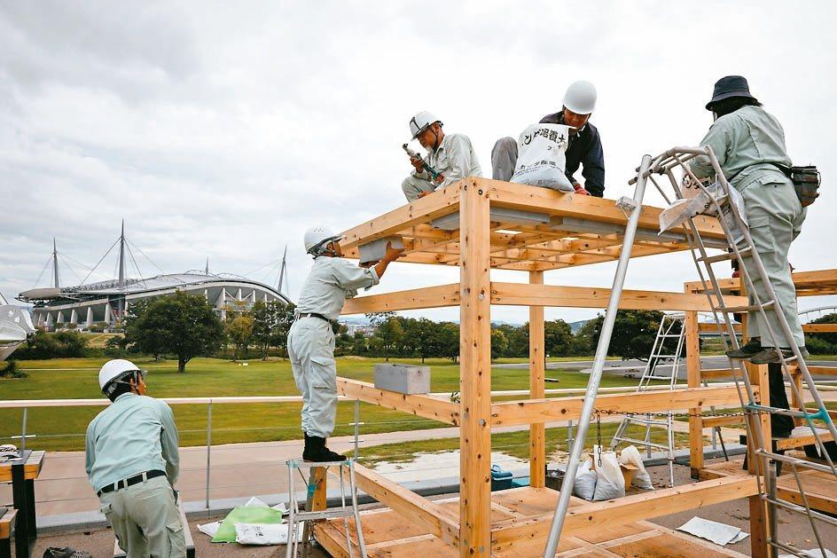 東京民眾在颱風來襲前做好防災準備。 歐新社