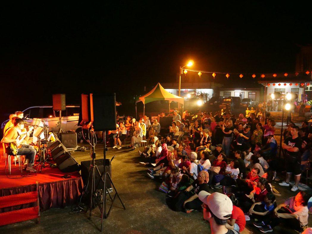 金曲歌王謝銘祐和麵包車樂團也藉由歌聲在星空下陪伴眾人回憶當年。 主辦單位/提供