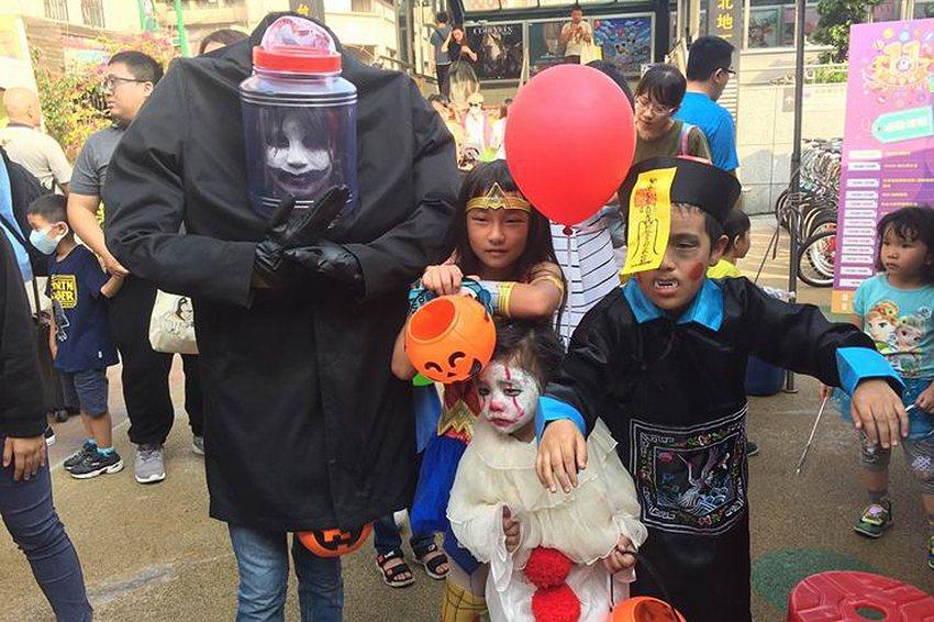 小怪物、小丑、公主與小殭屍齊聚一堂搞怪。 台北後站批發商圈發展促進會/提供