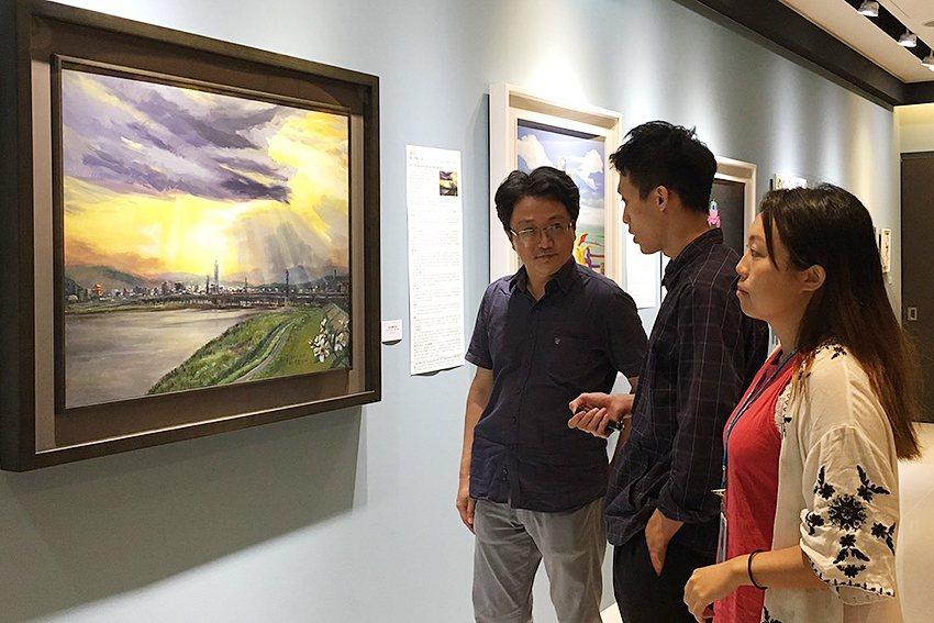 觀眾欣賞藝術家作品〈聖光照耀台北城〉。 人文遠雄博物館/提供