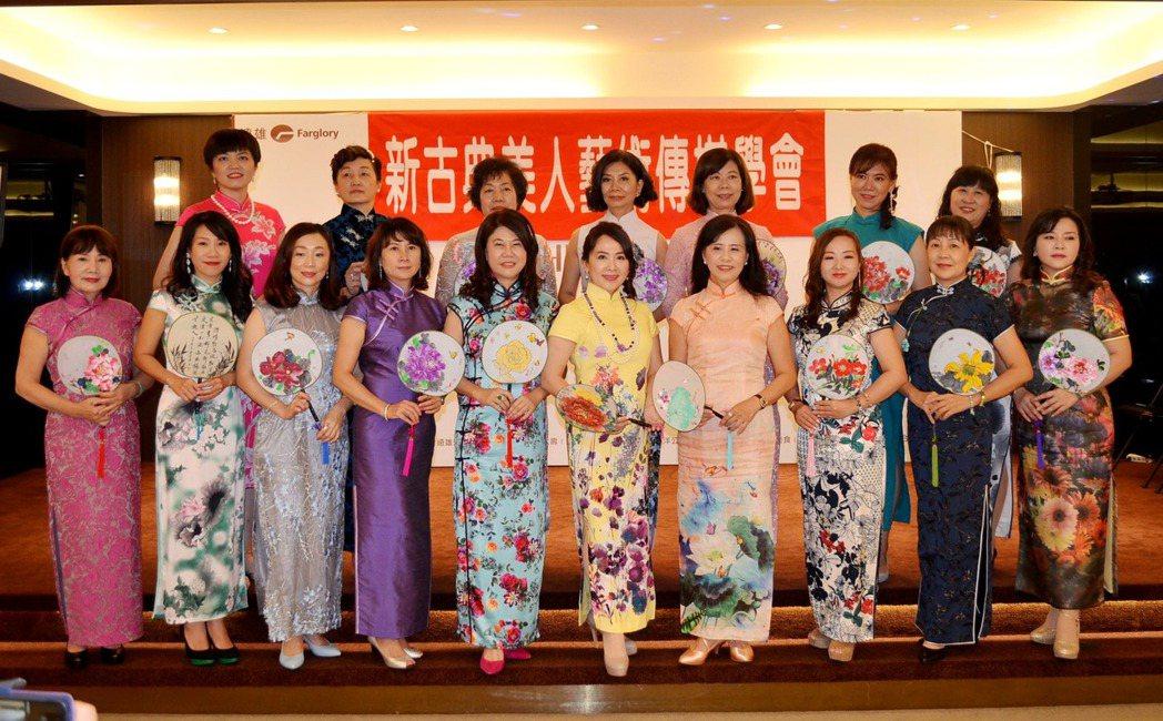 新古典美人-藝術傳媒學會召集人林意雯(前排左六)。 楊鎮州/攝影