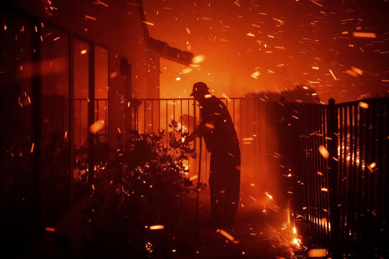 有位中年男子在大火來臨時因心臟病發作而喪命。圖/世界日報提供