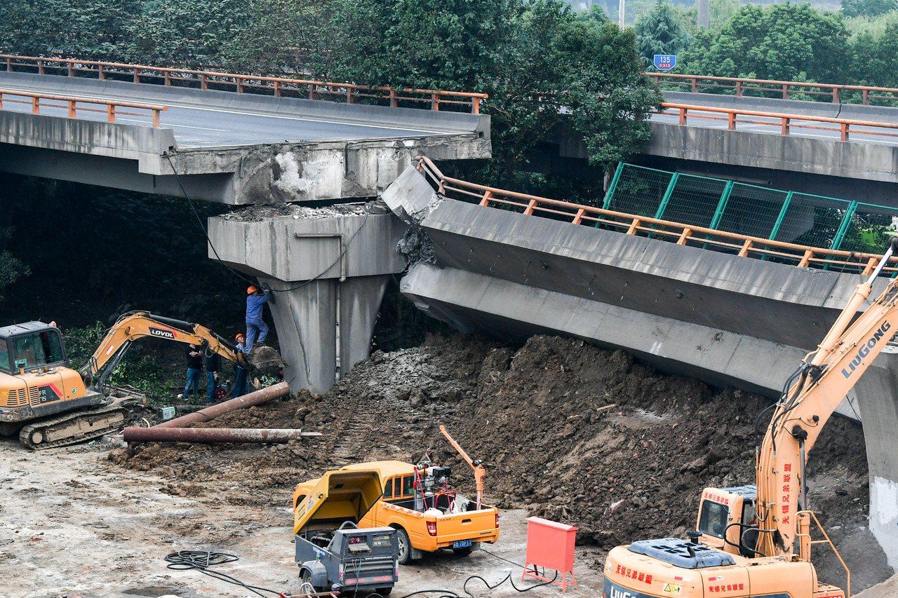 江蘇省無錫10日發生高架橋橋面側翻事故。 新華社