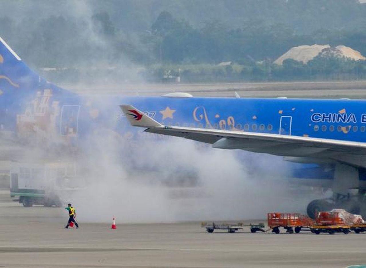 東航廣州至上海一航班地面滑行時突然冒煙。圖/世界日報提供