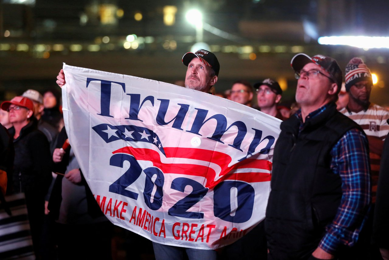 明尼蘇達州支持者舉起「川普2020」的標語。 路透社