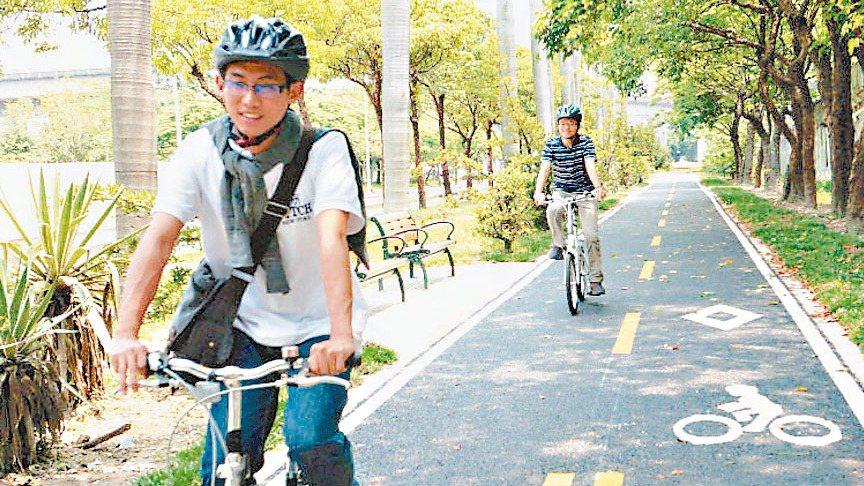 台北市近年推動綠色運輸計畫,在主要幹道規畫自行車道,對周遭房市有加分效果。 報系...