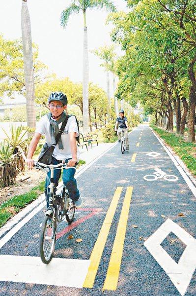 台北市近年推動綠色運輸計畫,在主要幹道規畫自行車道,對周遭房市有加分效果。 圖/...