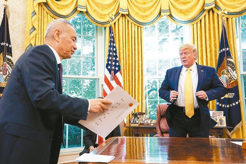 中國大陸副總理劉鶴(左)11日在白宮與美國總統川普會面,並轉交中國大陸國家主席習近平信函。 路透