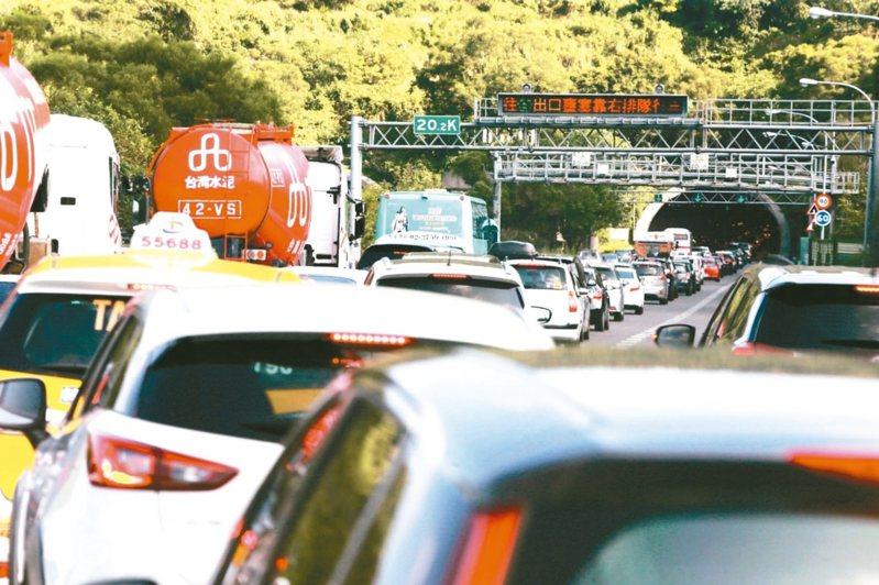 今天是國慶連假第三天,國道5號北返車潮上午已湧現,預計會堵塞到半夜。 圖/聯合報系資料照片