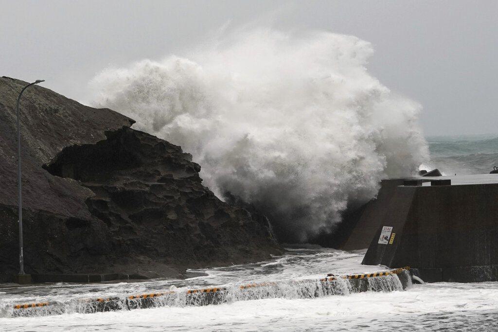 哈吉貝在八丈島西南420公里海上以每小時20公里的速度往北北西前進。美聯社