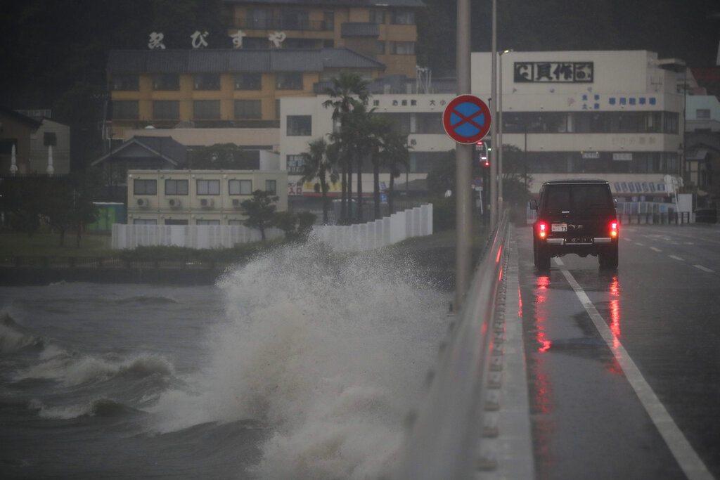 颱風哈吉貝接近日本三重縣熊野市港口,洶湧的海浪撞擊防波堤。美聯社