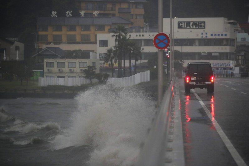 颱風哈吉貝接近日本三重縣熊野市港口,洶湧的海浪撞擊防波堤。 美聯社