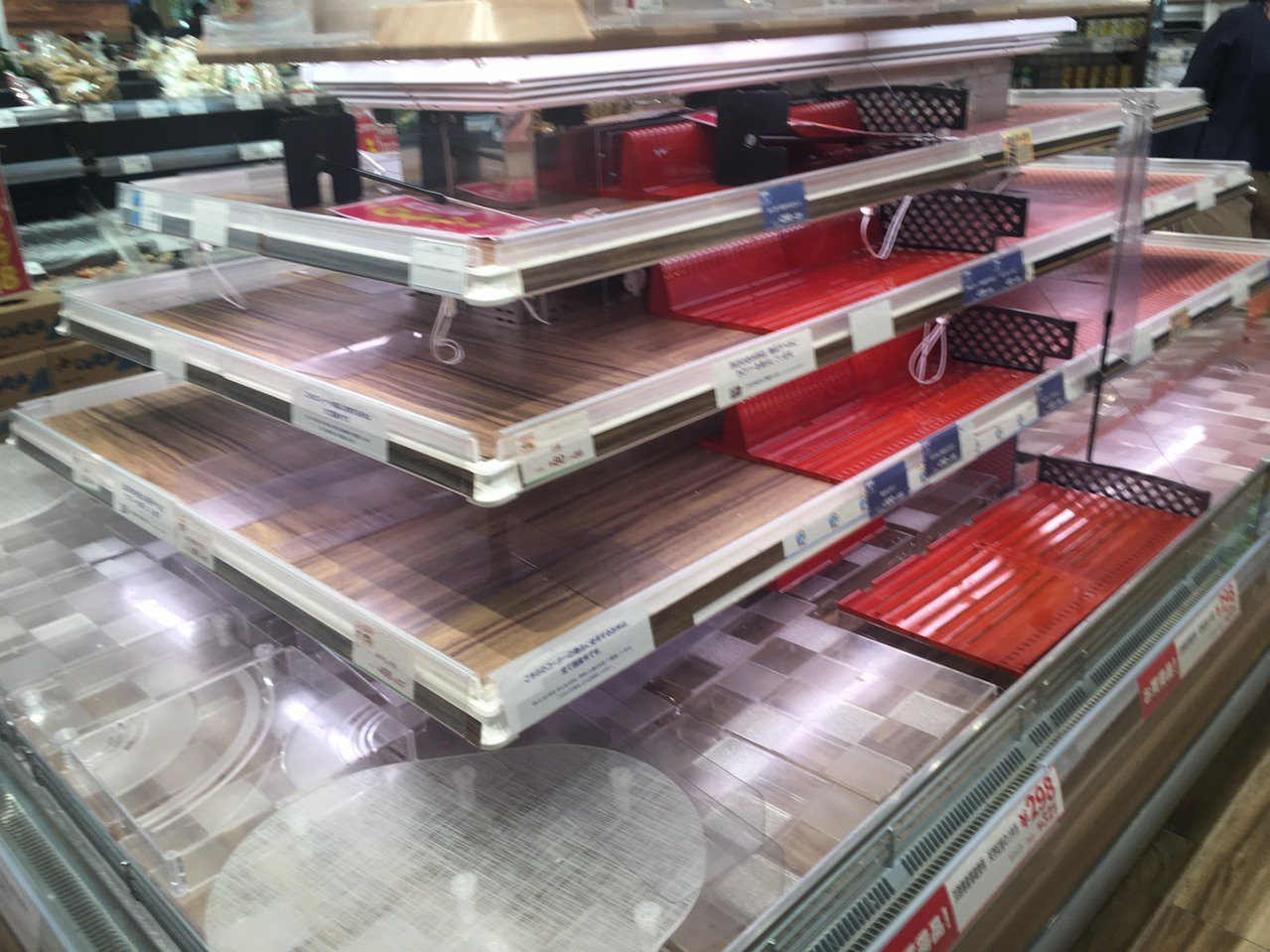 東京超市生鮮、麵包、泡麵、可微波食品都被搶購一空。圖/讀者提供