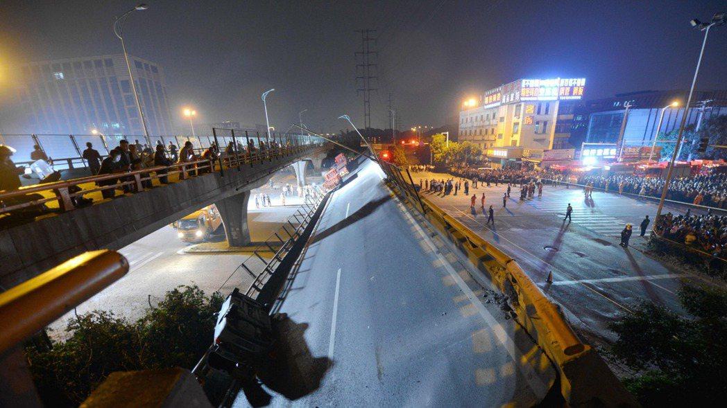 中國江蘇省無錫市312號國道往上海的高架路段10日坍塌造成3死。 歐新社