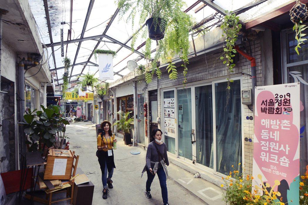 近年透過開發計畫翻新建築與街道,一間一間時尚店面與咖啡館進駐、藝術家在此工作展演...