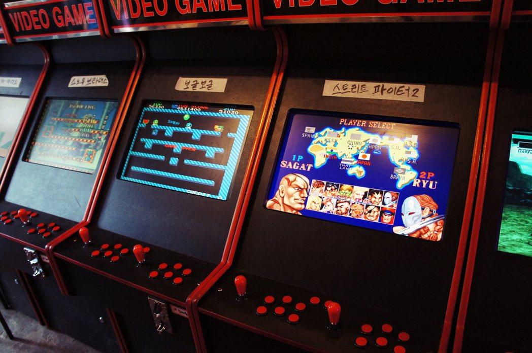 解放村中的新設的復古電玩店,清一色的日本遊戲,如圖中的《快打旋風2》和《泡泡龍》...