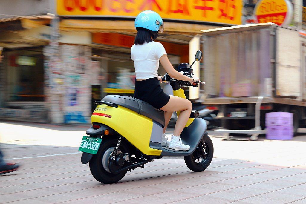普通輕型電動機車規範(綠牌),僅需擁有汽車駕照就能騎乘(法規目前尚未禁止,但若機...