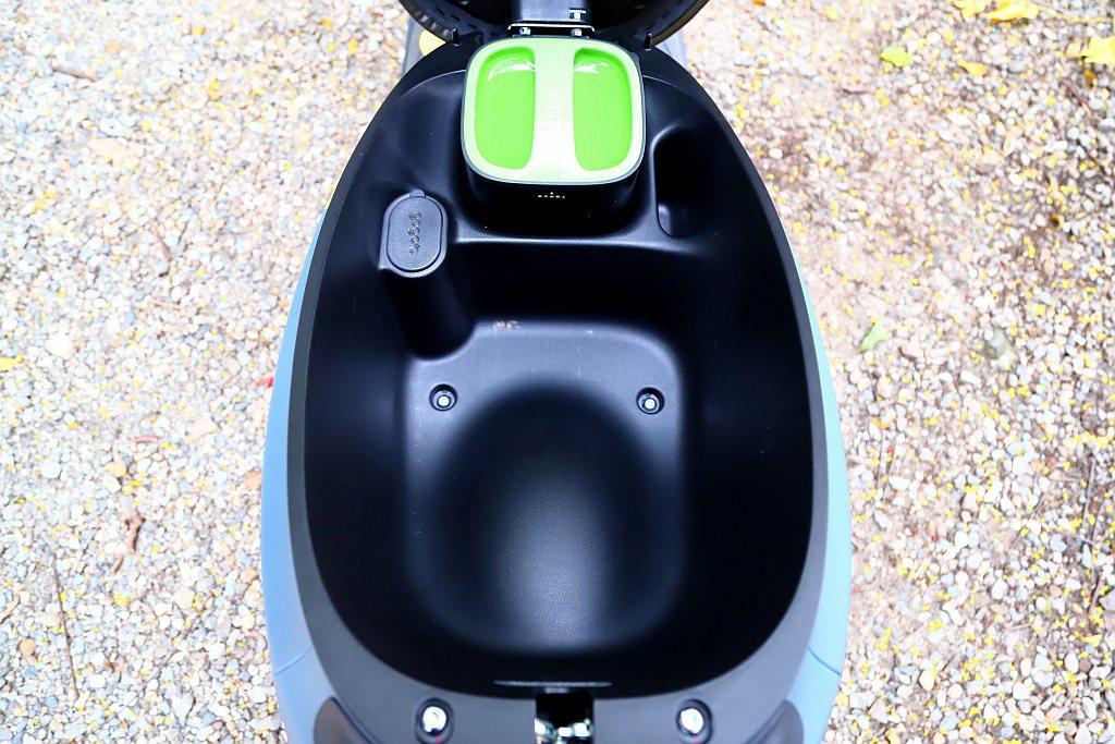 Gogoro VIVA採單一電池配置並擁有21.6L置物容量,官方數據顯示單程續...