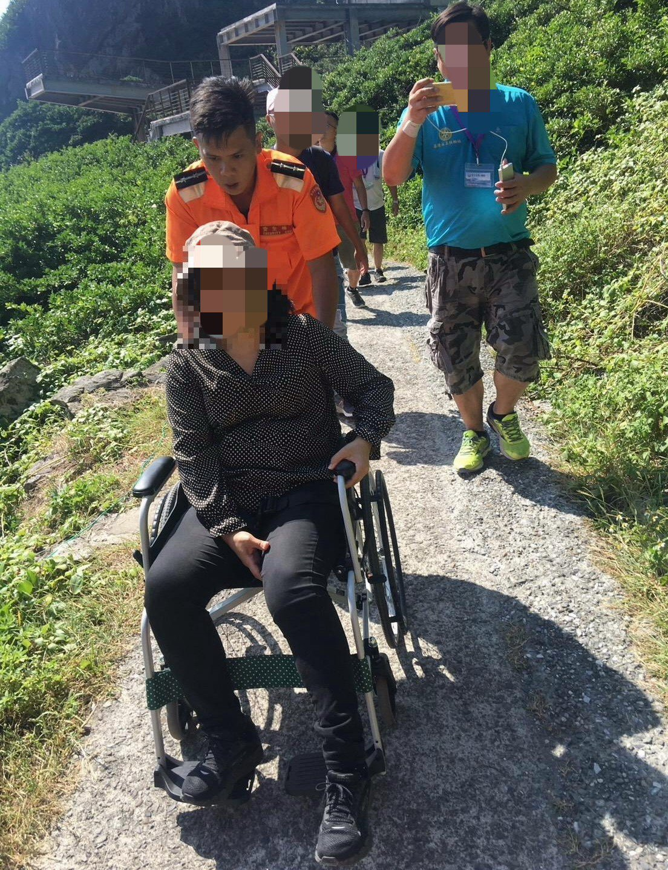 基隆嶼傳意外遊客走步道摔骨折,海巡馳救援送醫。記者游明煌/翻攝