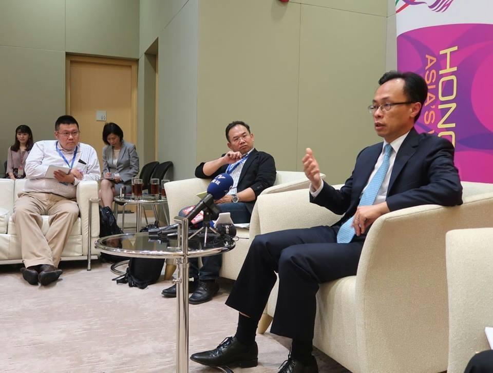 香港政制及內地事務局局長聶德權(右一)。聯合報系資料照片