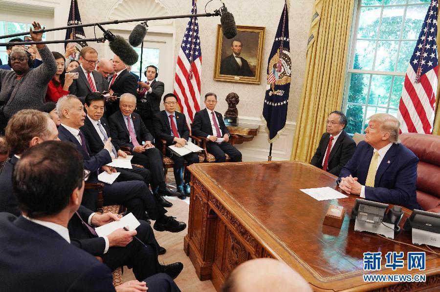 當地時間10月11日,美國總統川普在白宮橢圓形辦公室會見正在華盛頓進行新一輪中美...