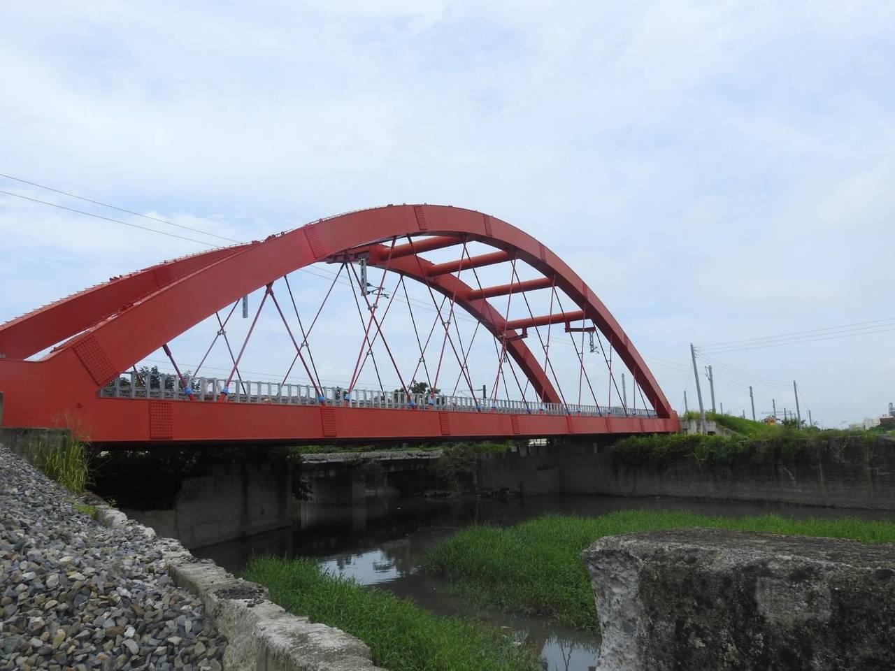 台鐵現有三座跟南方澳跨港大橋一樣,屬於鋼纜型的橋梁,圖為第一八堡圳橋。圖/台鐵局...