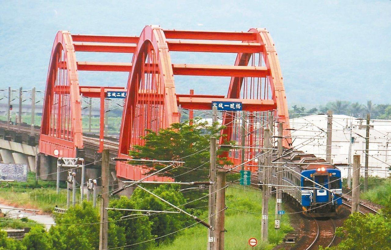 台鐵現有三座跟南方澳跨港大橋一樣,屬於鋼纜型的橋梁,圖為客城橋。 圖/台鐵局提供