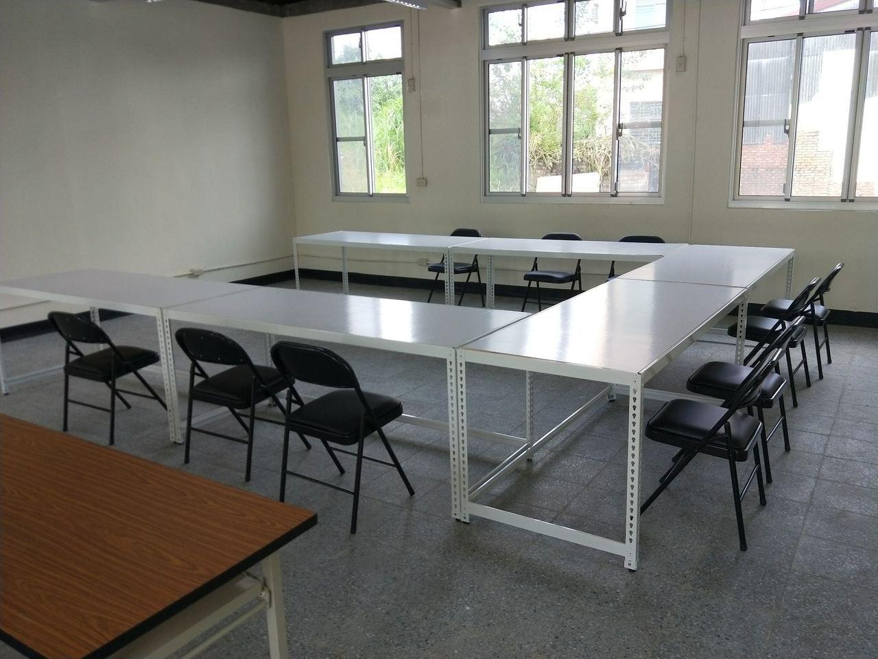 橫山共創基地規畫大、小會議室、及6到8人的討論室,全部免費提供借用。圖/高雄市都...