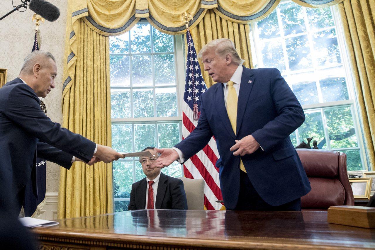 中國國務院副總理劉鶴(左)11日在白宫交給美國總統川普一封中國國家主席習近平的親...