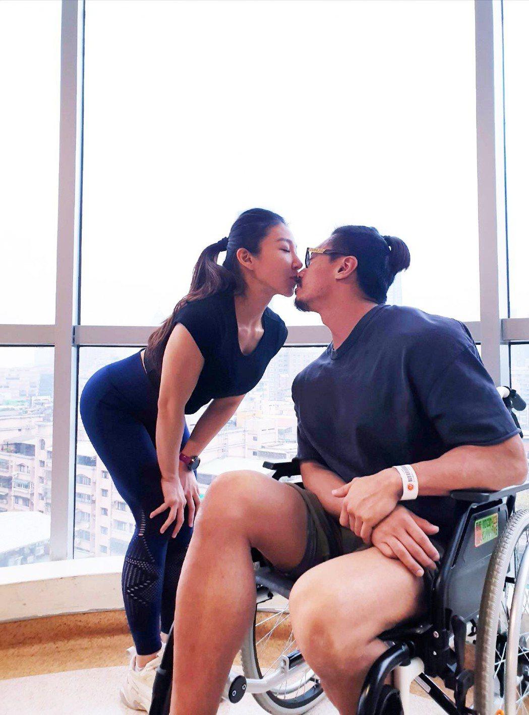 筋肉爸爸和筋肉媽媽感情深厚。圖/天王心娛樂提供