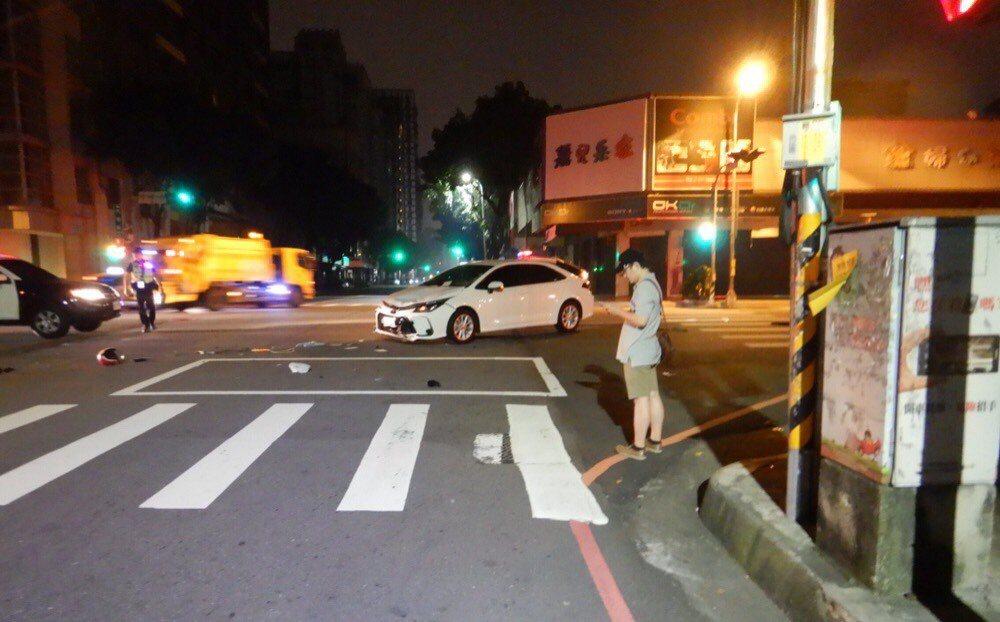 台中市今晨發生汽車對撞機車車禍,現場機車零件四散。圖/民眾提供