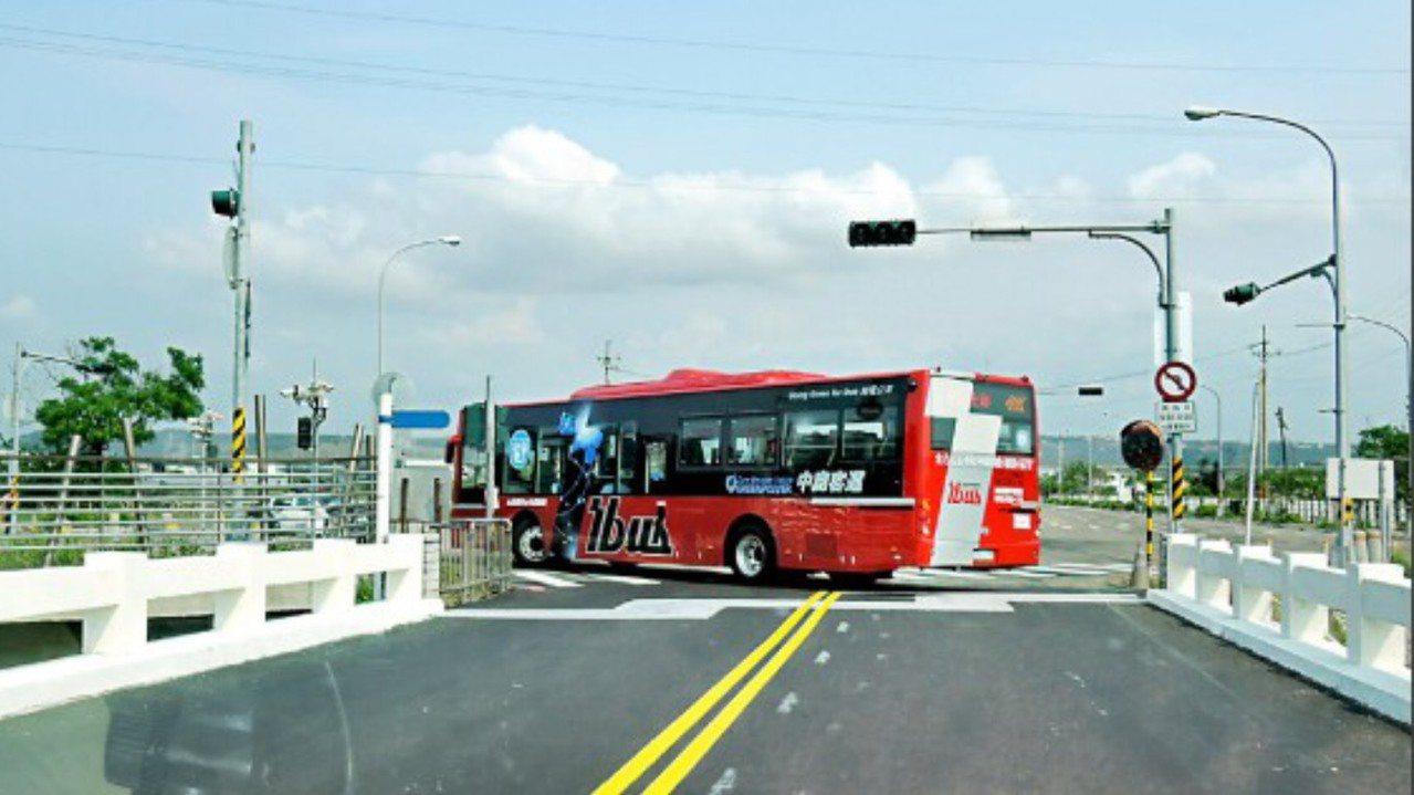 台中濱海橋是高美濕地重要聯外道路,去年曾由台中市議長張清照等人會勘,要求重建。圖...