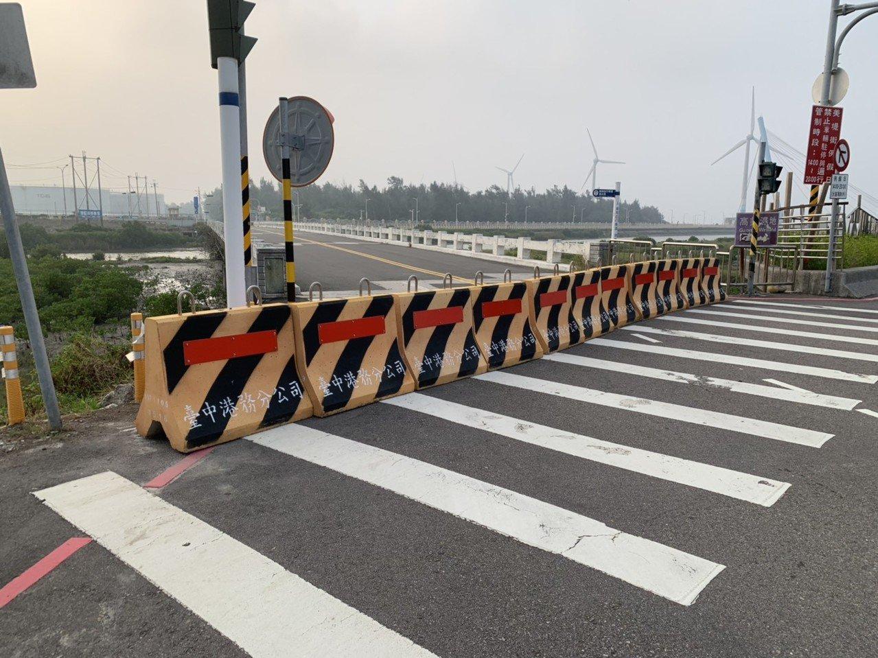 台中濱海橋是高美濕地重要聯外道路,目前由港務公司封閉檢測。記者游振昇/翻攝