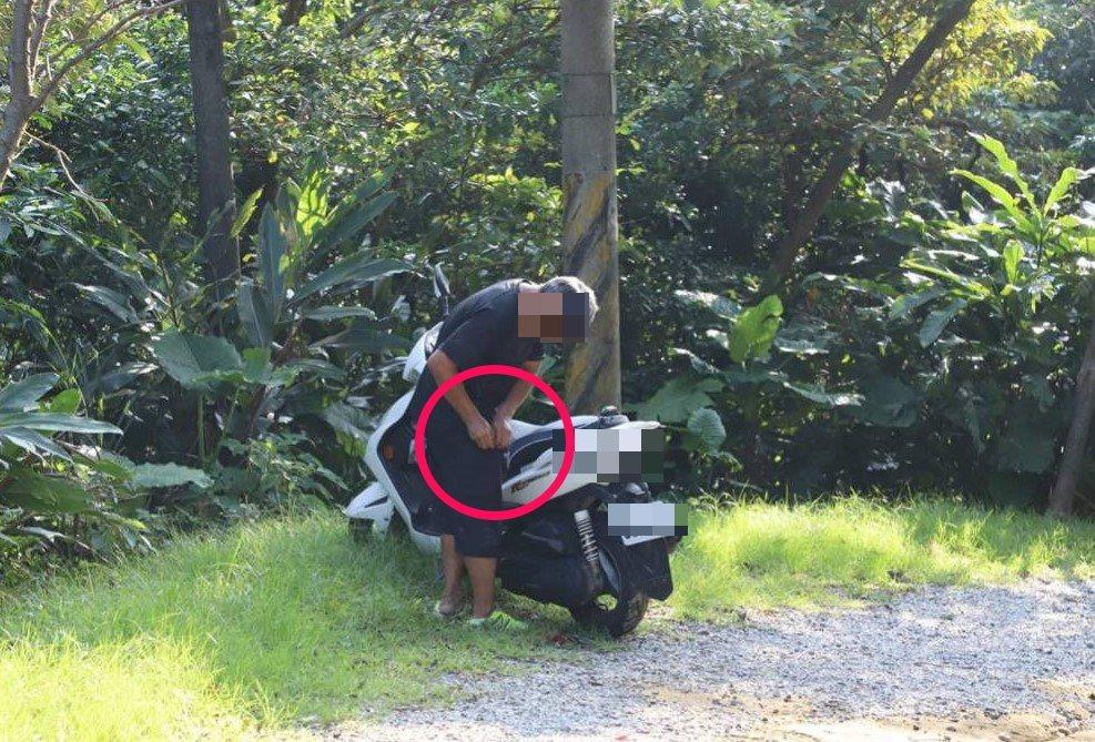 基隆市一名文化資產守護員日前在國定古蹟槓子寮砲台巡守時,目擊2名男子騎機車闖入砲...