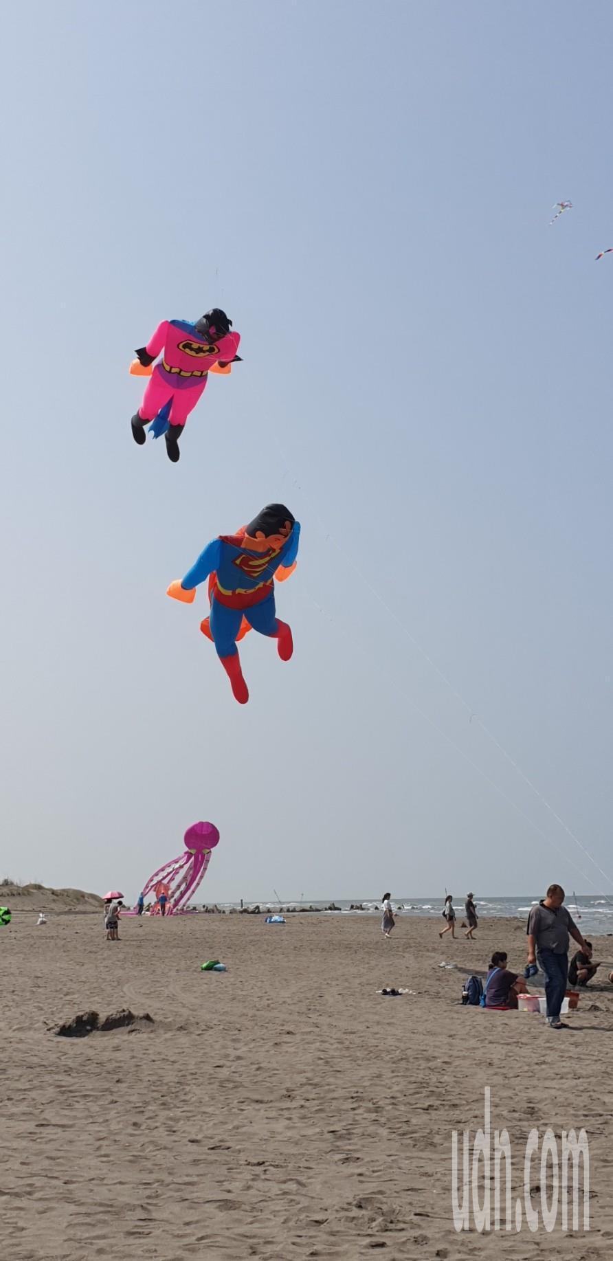 台中市政府舉辦的第7屆大安海風箏衝浪節今天舉辦,海灘有超級英雄和各式大型風箏。記...