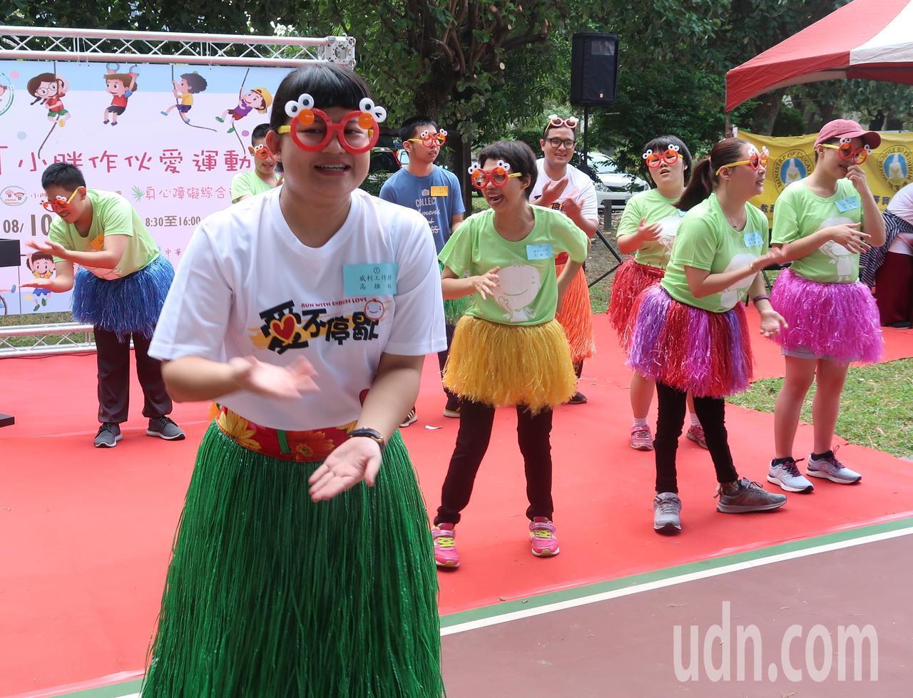 「小胖作伙愛運動」身心障礙綜合性運動會,選手表演活力歌舞。記者徐如宜/攝影