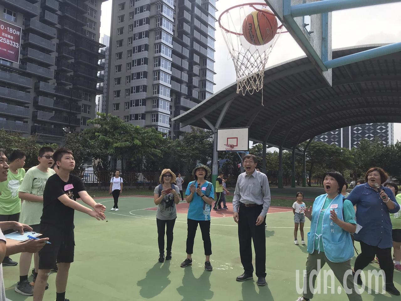 「小胖作伙愛運動」身心障礙綜合性運動會,選手開心參加投籃比賽。記者徐如宜/攝影