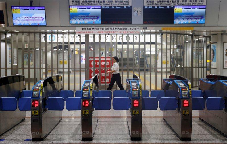 颱風哈吉貝直撲日本,多家鐵路公司陸續宣布列車停駛。路透