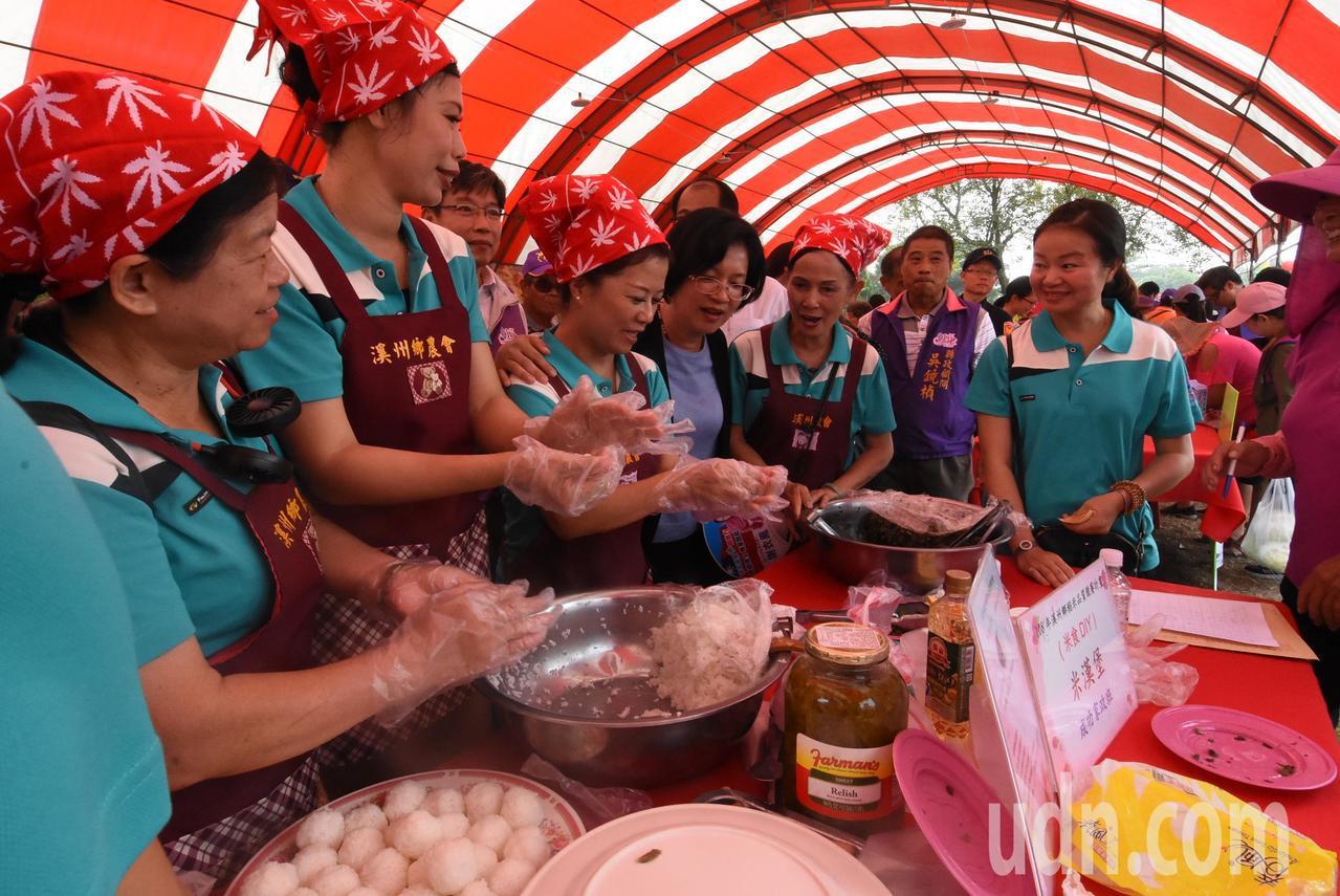 溪州鄉農會家政班人員向縣長王惠美(左4)說明,麻薯要好吃的做法。記者何烱榮/攝影