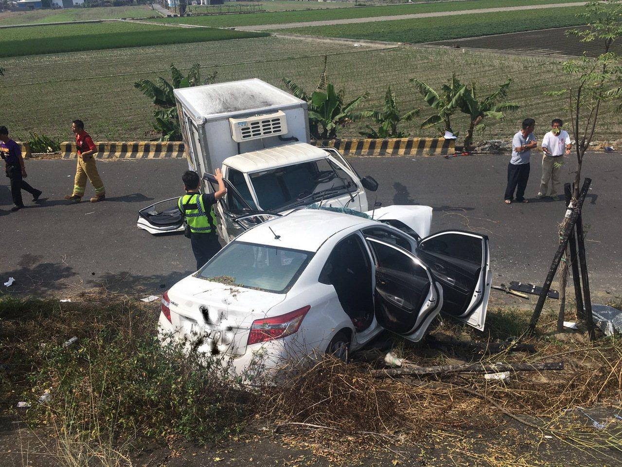 兩車對撞,轎車被推到堤防邊坡上,造成兩車共8人受傷。記者蔡維斌/翻攝