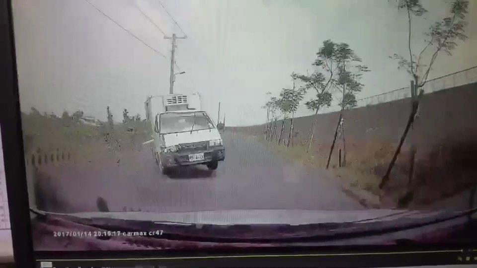 小貨車擦撞到路旁電桿失控,再迎面撞上轎車,造成兩車共8人受傷。記者蔡維斌/翻攝