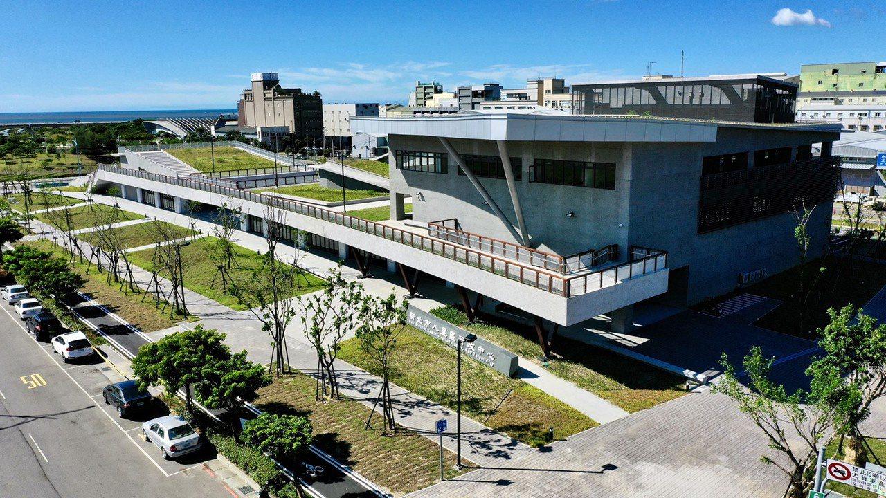 新北八里行政大樓空拍。圖/新北市工務局提供