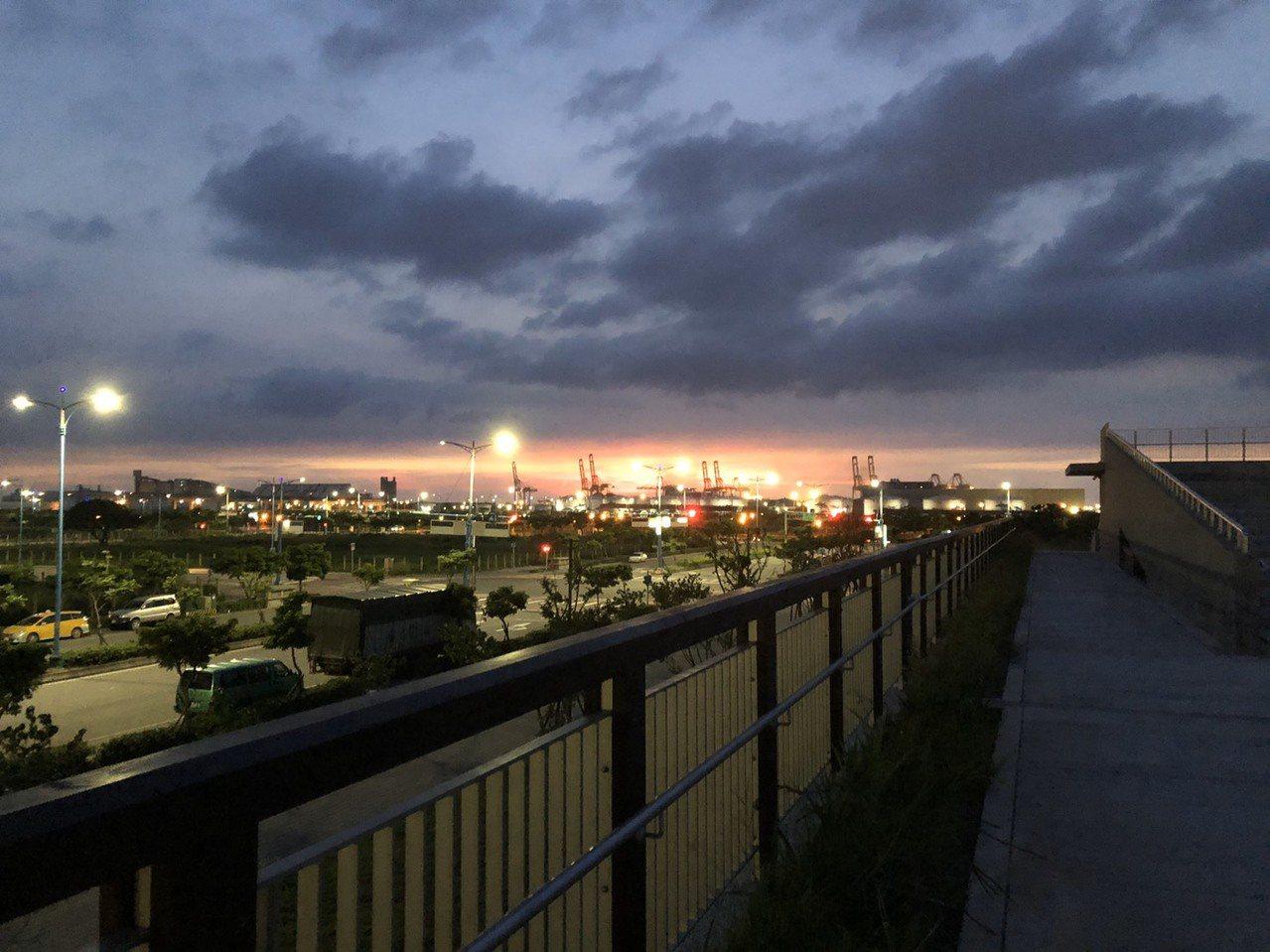 新北八里行政大樓夕陽。圖/新北市工務局提供