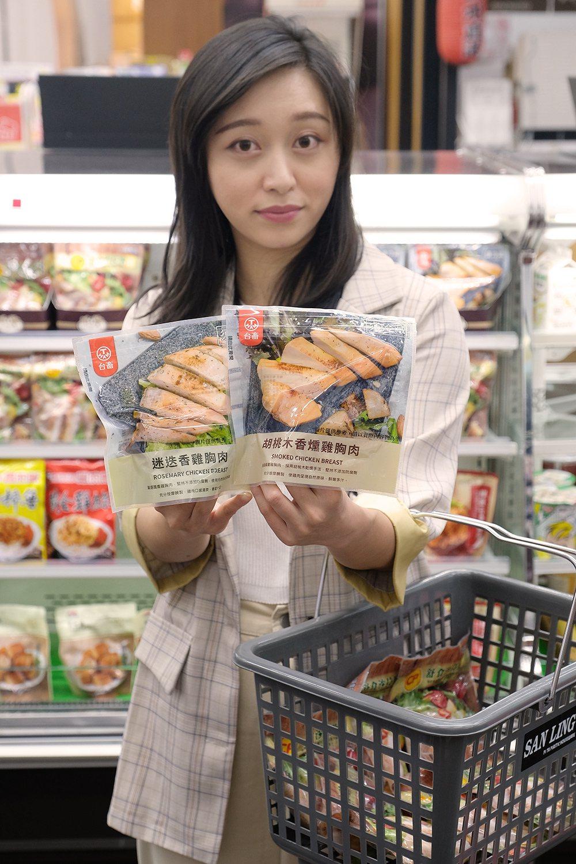 萊爾富推出小份量的「台畜迷迭香雞胸肉」、「台畜胡桃木香燻雞胸肉」。圖/萊爾富提供