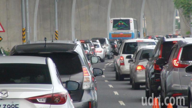 國慶連假第3天,遊客車潮加上北返車潮匯流,讓國五交通「紫爆」,各交流匝道回堵。記者羅建旺/攝影