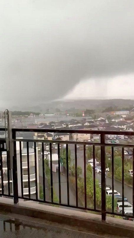 颱風哈吉貝登陸在即,日本千葉縣市原市永吉地區一早出現狀似龍捲風的強風,造成超過2...