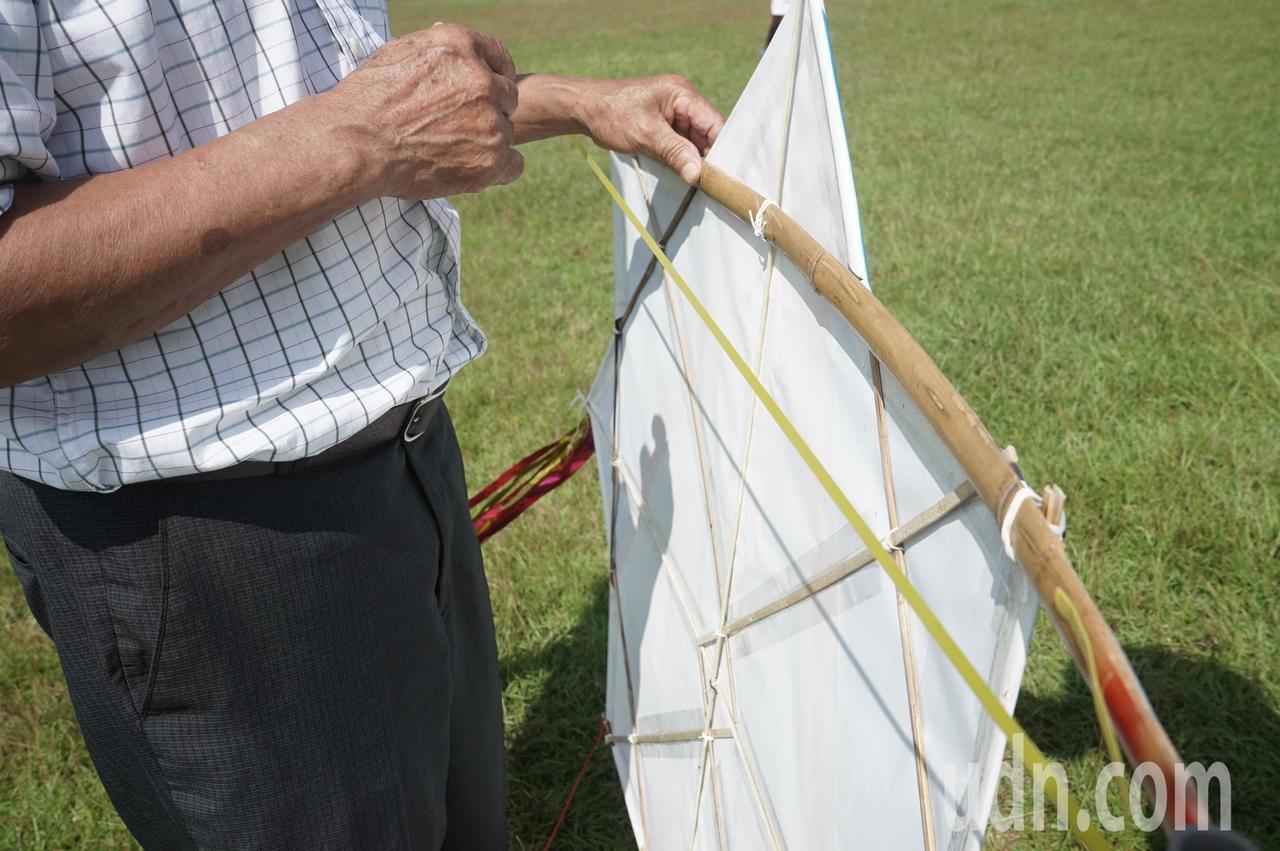 花蓮縣光復鄉太巴塱部落獨有的「會響的星星」八角風箏,就靠後面橫條塑膠片震動發出聲...