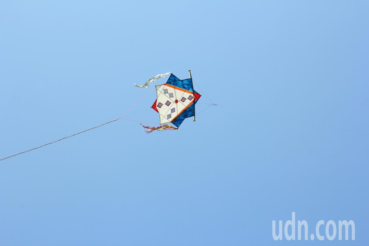 花蓮縣太巴塱部落阿美族人的八角星星形狀風箏,飛得愈高、愈響亮,愈能傳遞族人心聲。...