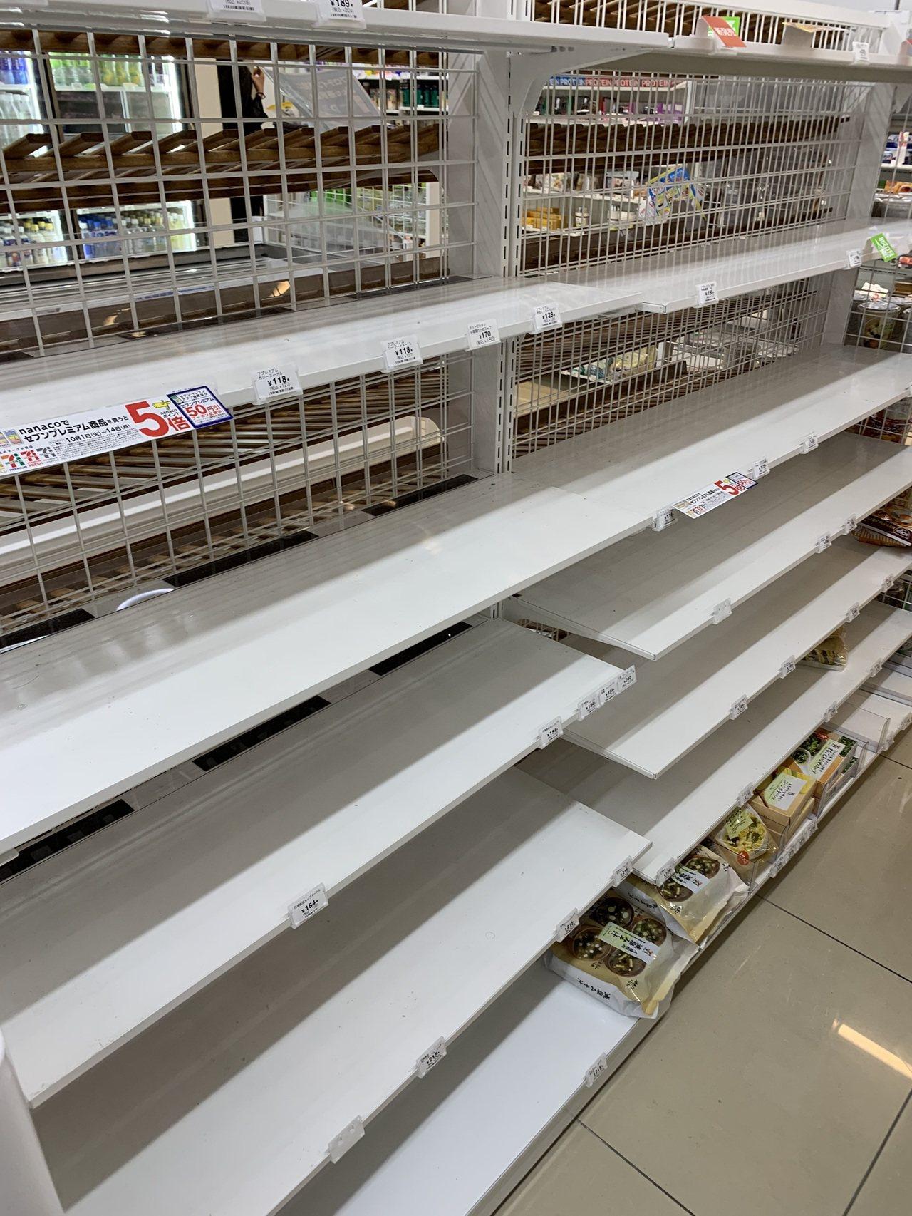 東京車站旁超商的泡麵已經被搶購一空。圖/民眾D小姐提供